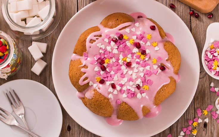 Κέικ καρύδας με ροζ γλάσο