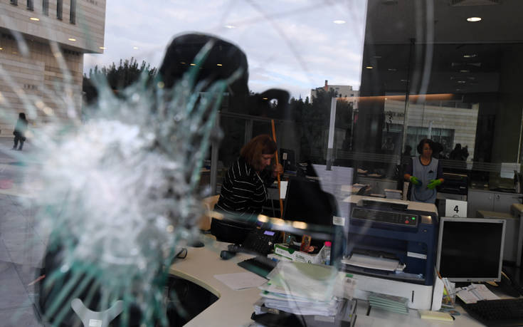 Επίθεση με βαριοπούλες σε κτίριο ασφαλιστικής εταιρείας στη λεωφόρο Συγγρού