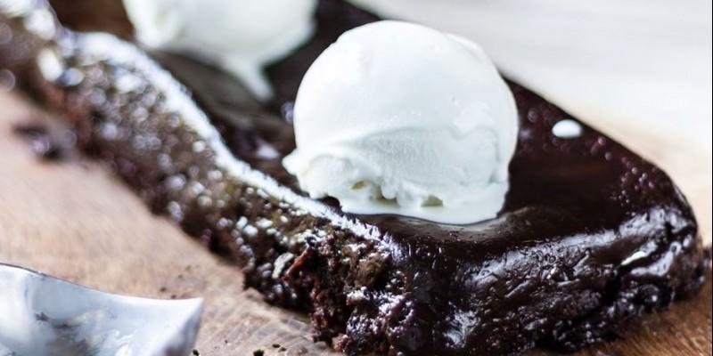 07a37ef2ea Γρήγορη σοκολατόπιτα από τον Άκη Πετρετζίκη