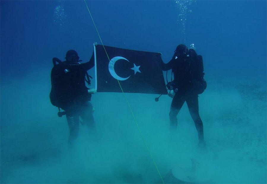 Προκαλεί εκ νέου η Άγκυρα: Τούρκοι δύτες φωτογραφίζονται με την τουρκική σημαία στον βυθό της Σούδας (εικόνες)