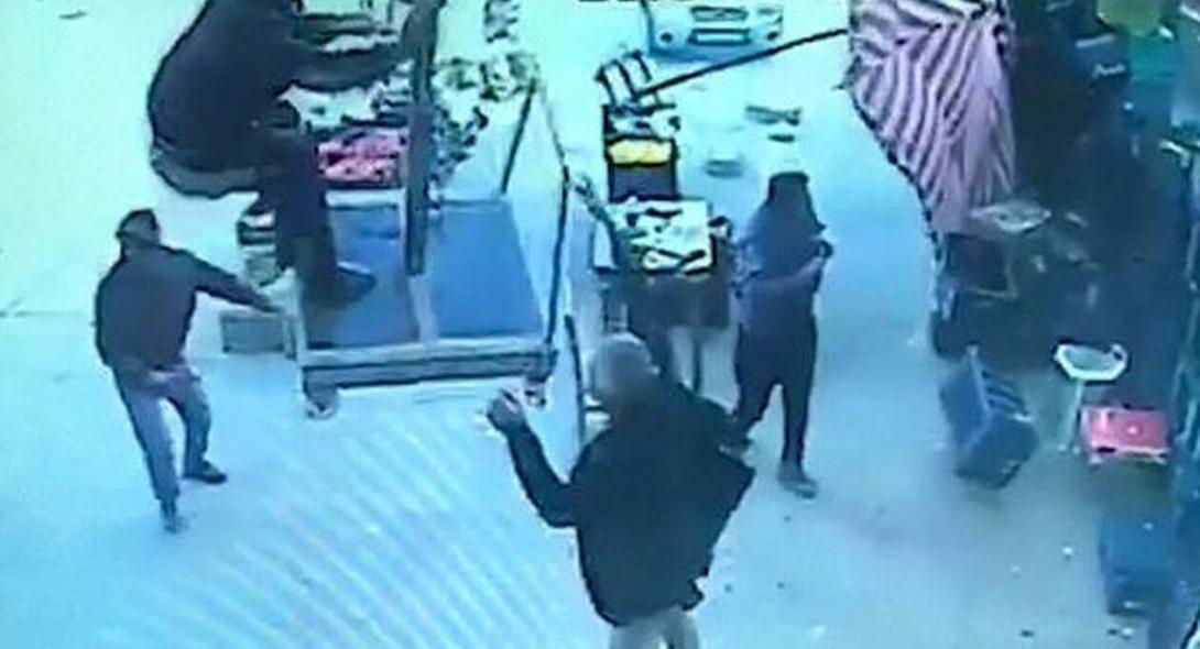 Τον πήρε και τον… σήκωσε: Άνδρας πέταξε με ομπρέλα την οποία προσπάθησε να συγκρατήσει από το δυνατό άνεμο (βίντεο)