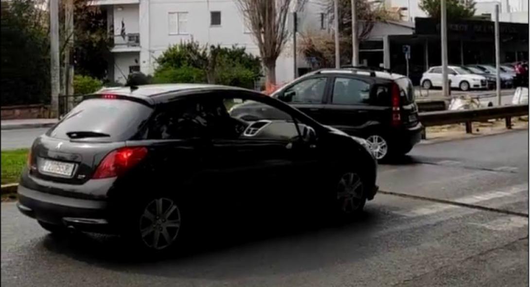 Ντροπή: Οδηγός ζητά από άνδρα με καροτσάκι να κάνει στην άκρη σε ράμπα νησίδας για να περάσει με το αυτοκίνητο (βίντεο)