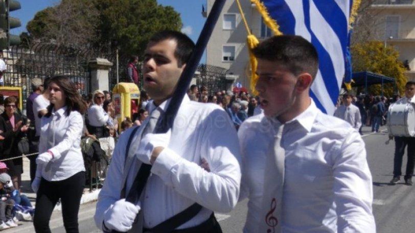 Χανιά: Καταχειροκροτήθηκε ο τυφλός σημαιοφόρος της παρέλασης για την 25η Μαρτίου (εικόνες)