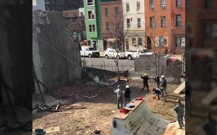 Ποιος χρειάζεται μπουλντόζα με τέτοιους εργάτες;