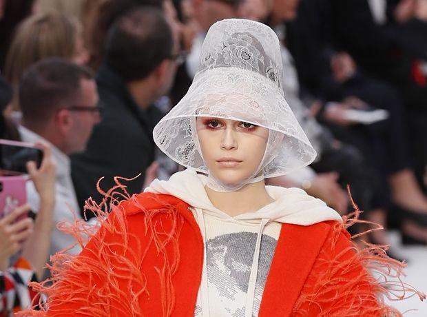 Το πορτοκαλί παλτό της Kaia Gerber στην πασαρέλα του Valentino είναι το ΙΤ item που χρειαζόμαστε