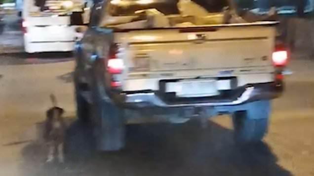 Εγκαταλελειμμένο σκυλάκι τρέχει επί ώρα πίσω από το αυτοκίνητο της οικογένειας που το εγκατέλειψε [φωτο+βίντεο]