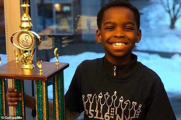 Οκτάχρονος πρόσφυγας από τη Νιγηρία μένει σε καταφύγιο αστέγων αλλά έγινε πρωταθλητής στο σκάκι (εικόνες)