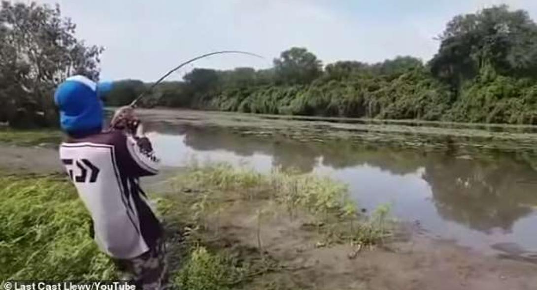 Κροκόδειλος ξεπήδησε από το νερό και άρπαξε την ψαριά τους [βίντεο]