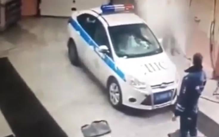 Αστυνομικοί το γλεντάνε όταν πάνε το περιπολικό για πλύσιμο