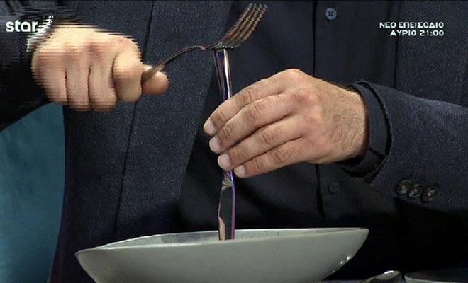 Συνέβη και αυτό στο MasterChef: Ο Κουτσόπουλος έκοψε το brownie με… καλέμι και σφυρί! [Βίντεο]