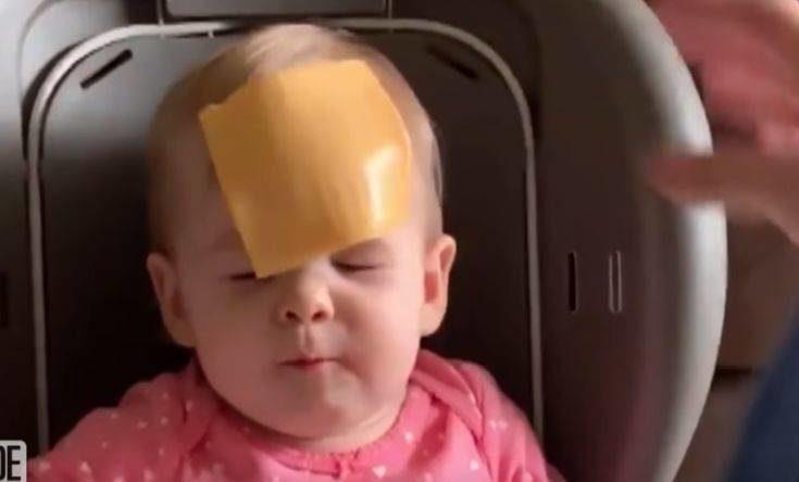 Η νέα ιντερνετική μόδα με τις ρίψεις τυριών στα πρόσωπα μωρών