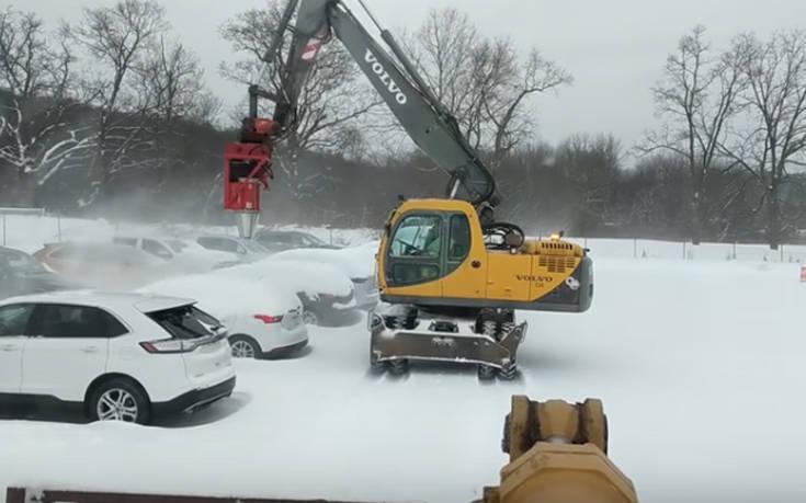 Καθαρίζει το χιόνι με ένα φύσημα