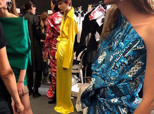 """Ο οίκος Balenciaga παρουσιάζει τον πρώτο """"couture ζουρλομανδύα"""" και το Twitter χλευάζει"""