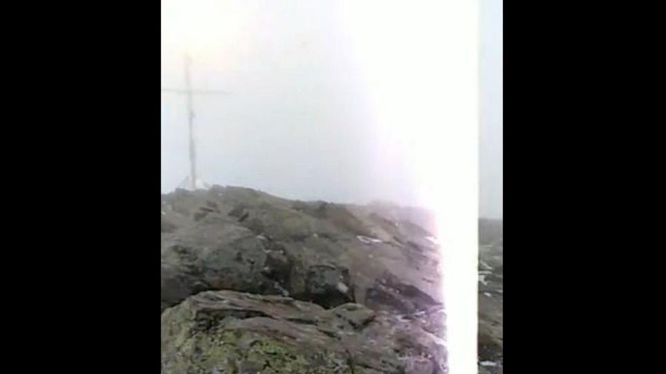 """Σοκαριστικό βίντεο από την Ισπανία: Η στιγμή που ζευγάρι """"χτυπήθηκε"""" από κεραυνό"""