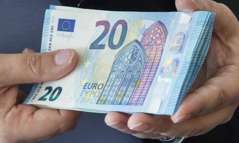 Νέο μηνιαίο επίδομα 100 ευρώ: Ποιοι το δικαιούνται