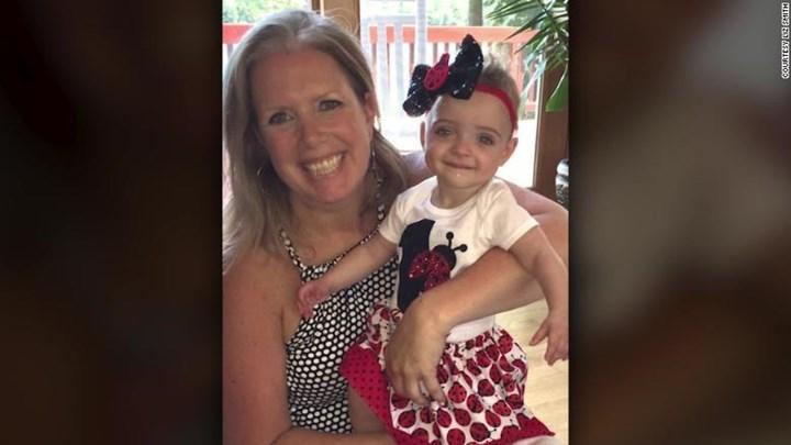 Νοσοκόμα υιοθέτησε μωρό που γέννησε και εγκατέλειψε η μητέρα του στο νοσοκομείο (εικόνες & βίντεο)