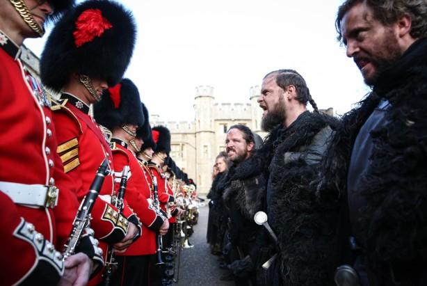 """Επέλαση της Νυχτερινής Φρουράς από το """"Game of Thrones"""" στον Πύργο του Λονδίνου [βίντεο]"""