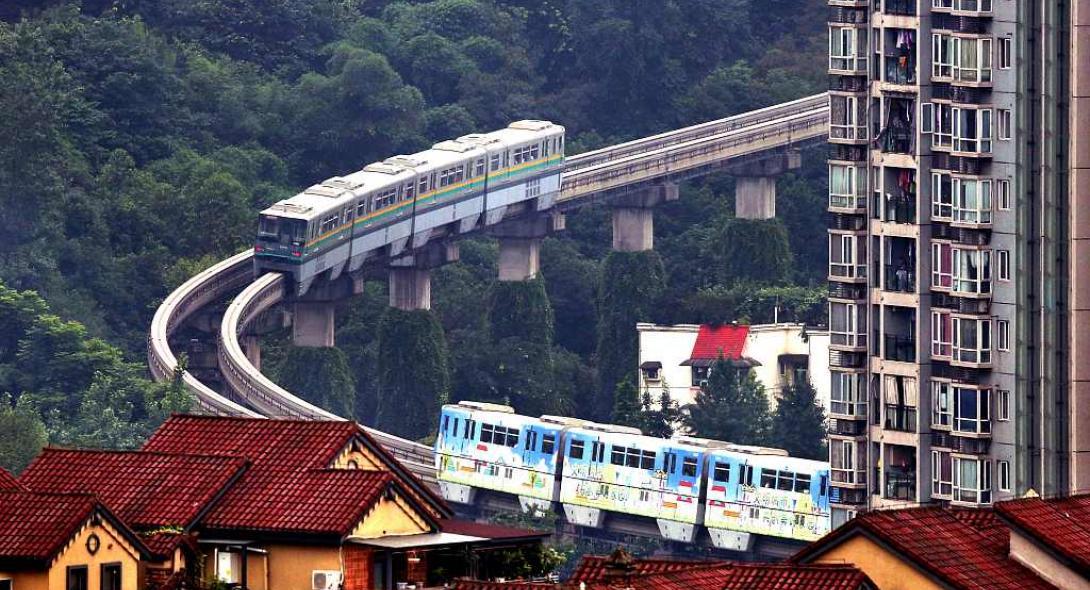 Τρένο κάνει στάση μέσα σε πολυκατοικία [φωτο+βίντεο]