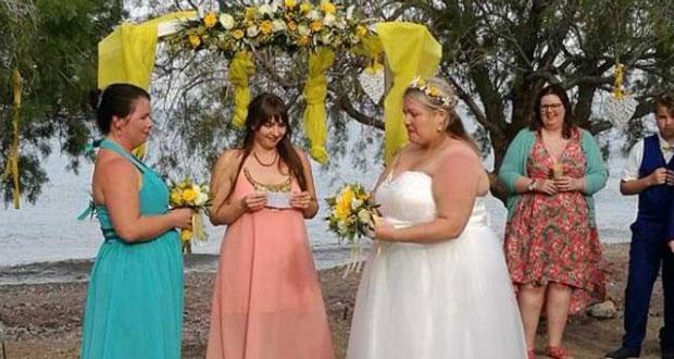 Δύο γυναίκες παντρεύτηκαν σε παραλία της Κρήτης (εικόνες)