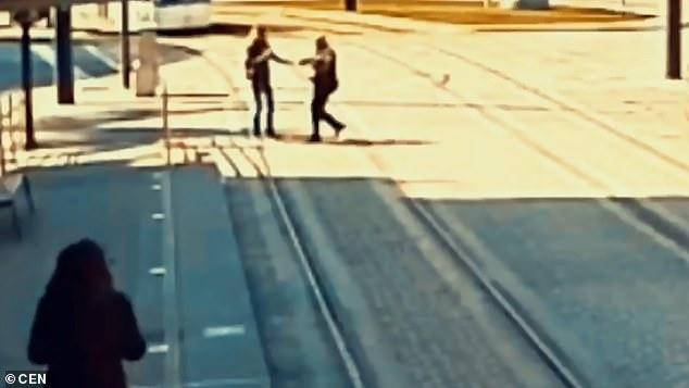 Αστυνομικός σώζει τυφλή γυναίκα λίγο πριν την χτυπήσει το τραμ [βίντεο]