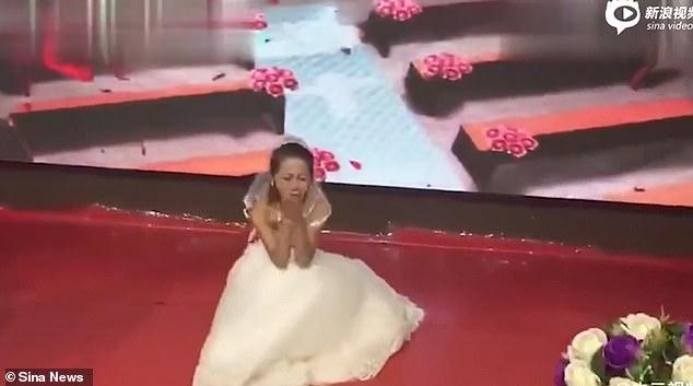 Η πρώην του γαμπρού εμφανίστηκε στον γάμο ντυμένη νύφη και τον παρακαλούσε γονατιστή να γυρίσει σε εκείνη [βίντεο]