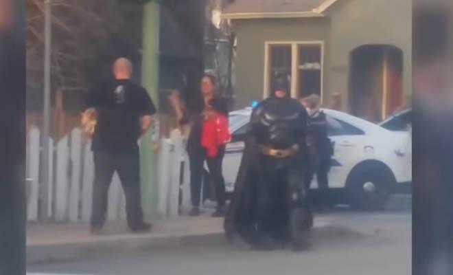 Απίθανος τύπος με στολή Batman πήγε να βοηθήσει αστυνομικούς στην πάταξη του εγκλήματος [Βίντεο]