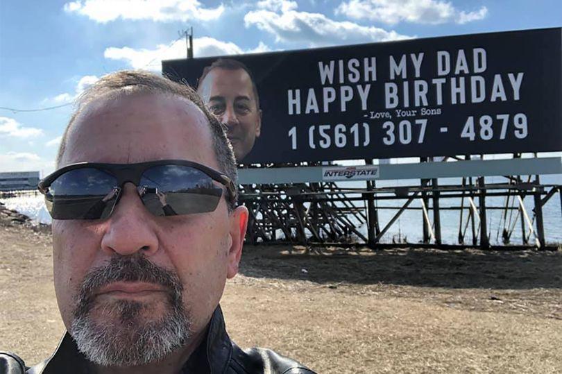 """Πατέρας δέχθηκε 10.000 τηλεφωνήματα για """"Χρόνια Πολλά"""" επειδή οι γιοι του έβαλαν τα στοιχεία του σε πινακίδα [φωτο]"""