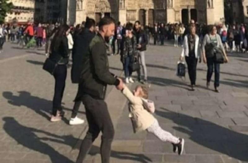 Παναγία των Παρισίων: Η φωτογραφία με τον άνδρα και το κοριτσάκι που κάνει τον γύρο του κόσμου