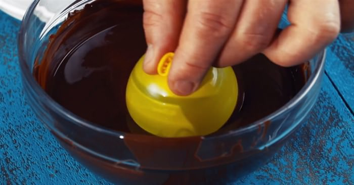 Βουτάει ένα μικρό Μπαλόνι μέσα σε ένα Μπολ με λιωμένη Σοκολάτα. Το Αποτέλεσμα; Θα σας Ξετρελάνει!