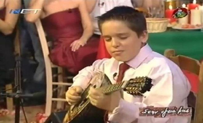Δεν θα τον γνωρίσετε: Πως είναι σήμερα ο μικρός με το μπουζούκι από τον Σπύρο Παπαδόπουλο;