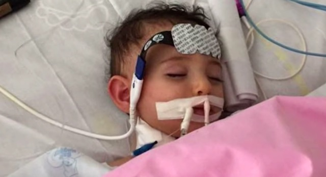 Μωρό ξύπνησε από κώμα, λίγο πριν του αποσυνδέσουν το μηχάνημα [βίντεο]