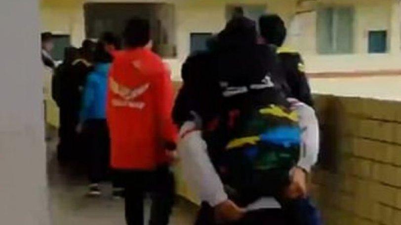 12χρονος κουβαλά καθημερινά στο σχολείο τον φίλο του που έχει κινητικά προβλήματα [βίντεο]