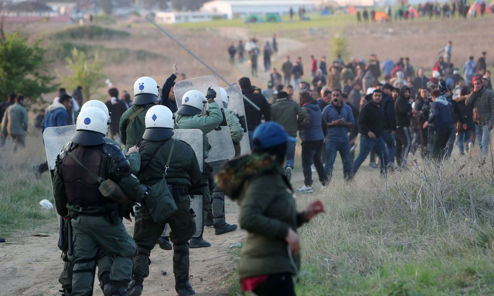 Προσφυγόπουλο προσέφερε λουλούδια σε αστυνομικό των ΜΑΤ – Η συγκινητική φωτογραφία από τη Θεσσαλονίκη (εικόνα)