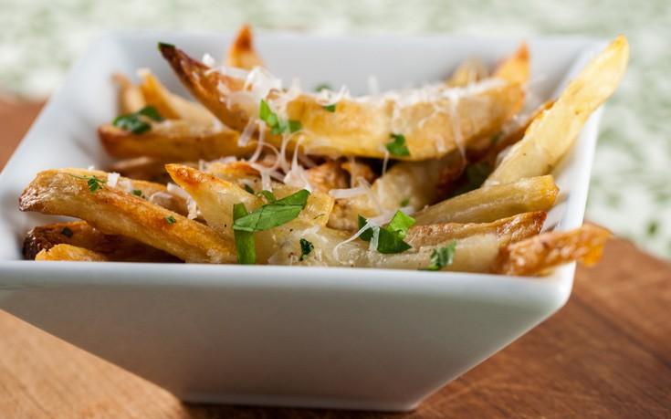 Τηγανιτές πατάτες με γραβιέρα