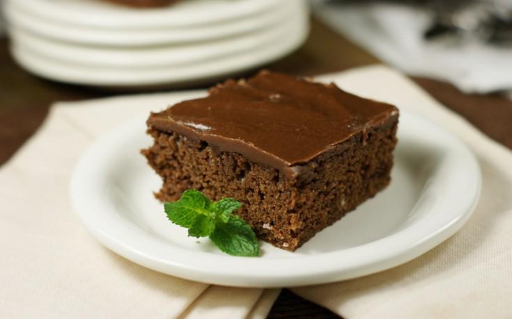 Σοκολατόπιτα με σιρόπι σοκολάτας