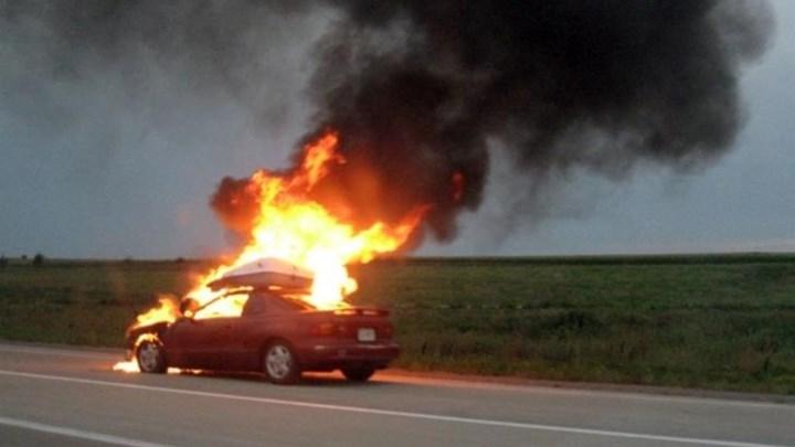 Ηράκλειο: Αυτοκίνητο εν κινήσει τυλίχθηκε στις φλόγες