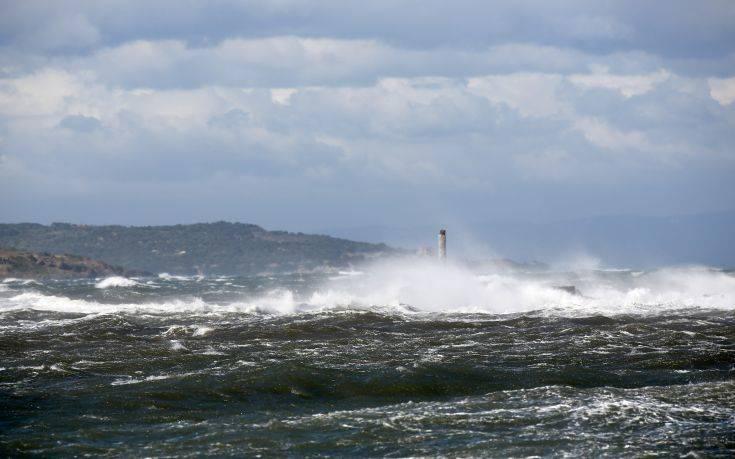 Ισχυροί άνεμοι στην Κρήτη, αέρας σήκωσε ελενίτ και τα πέταξε σε δρόμο