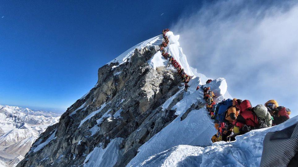 Η φωτογραφία από το Έβερεστ που έγινε viral: Ορειβάτες κάνουν ουρά στην ψηλότερη κορυφή του κόσμου ενώ κινδυνεύει η ζωή τους