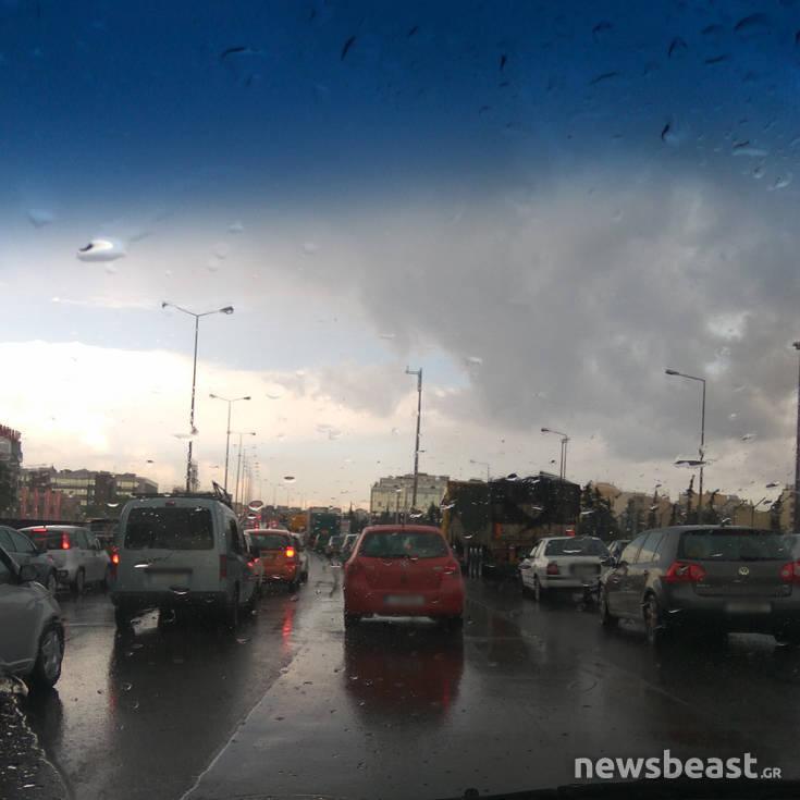 Καιρός: Καταιγίδες και χαλάζι την Αττική, προβλήματα στους δρόμους