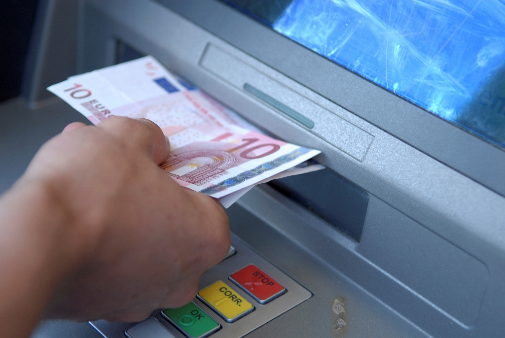 Αύξηση στην προμήθεια για αναλήψεις μέσω ΑΤΜ άλλων τραπεζών
