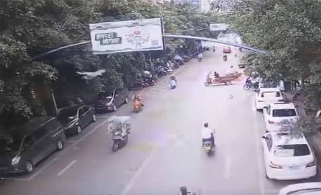 Aπό τα πιο ασυνήθιστα ατυχήματα που έχουμε δει: Χήνα επιτέθηκε στην αναβάτρια μιας μοτοσυκλέτας