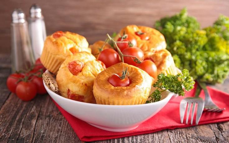 Μάφινς με ντομάτα και τυρί