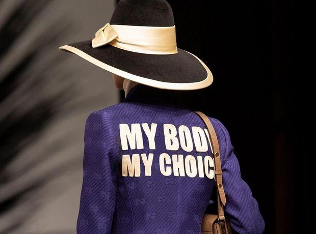 »Το σώμα μου. Η επιλογή μου»: Με ένα μωβ jacket ο οίκος Gucci υποστηρίζει το δικαίωμα των γυναικών στις αμβλώσεις