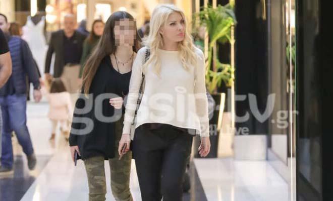 Ντυμένες casual η Ελένη Μενεγάκη και η κόρη της Λάουρα έκαναν τα ψώνια τους [Εικόνες]