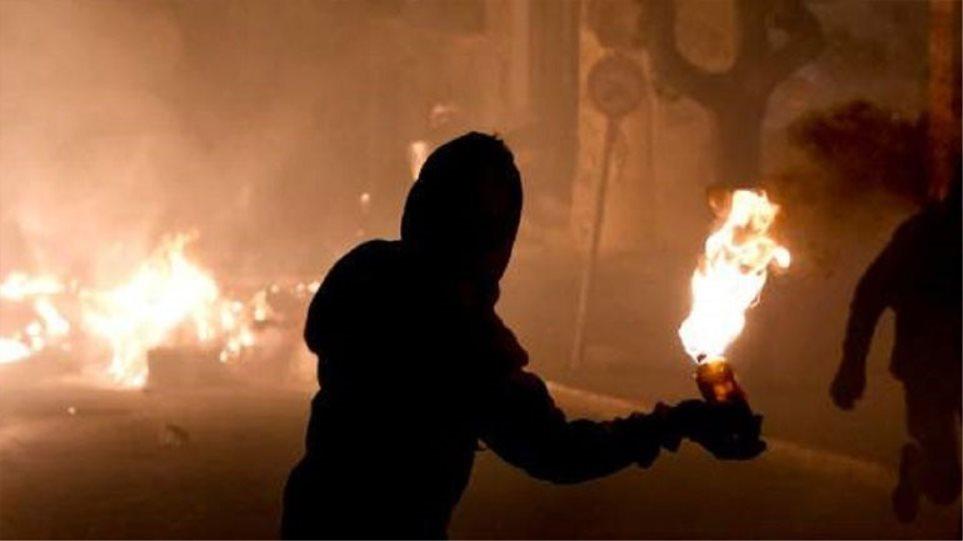 Νέα επίθεση με μολότοφ σε ΜΑΤ κοντά στο Πολυτεχνείο – Κάηκε αυτοκίνητο