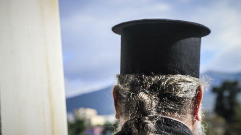 «Έτσι αισθάνθηκα έτσι έπραξα», δηλώνει ο ιερέας που πέταξε κέρματα σε βουλευτή του ΣΥΡΙΖΑ