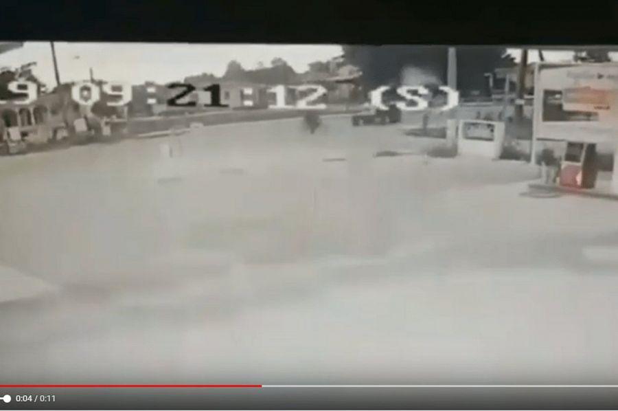 Η στιγμή που τρακτέρ παρασύρει ποδηλάτη στα Τρίκαλα (βίντεο)