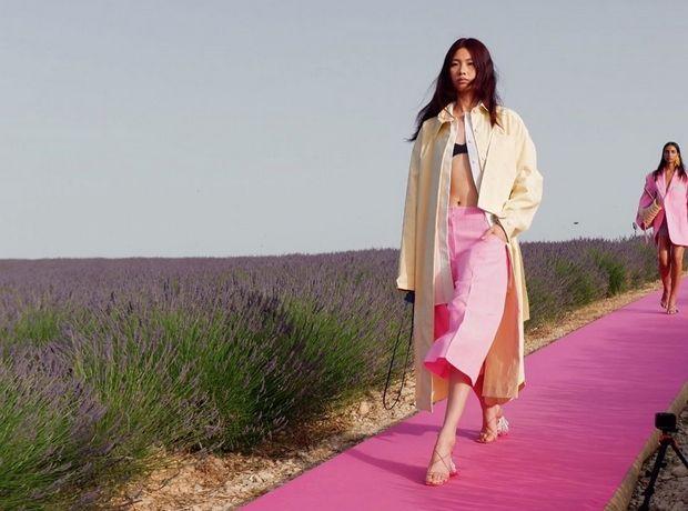 Στη φούξια πασαρέλα του Jacquemus στο λιβάδι με τις λεβάντες ζήσαμε το απόλυτο καλοκαιρινό όνειρο