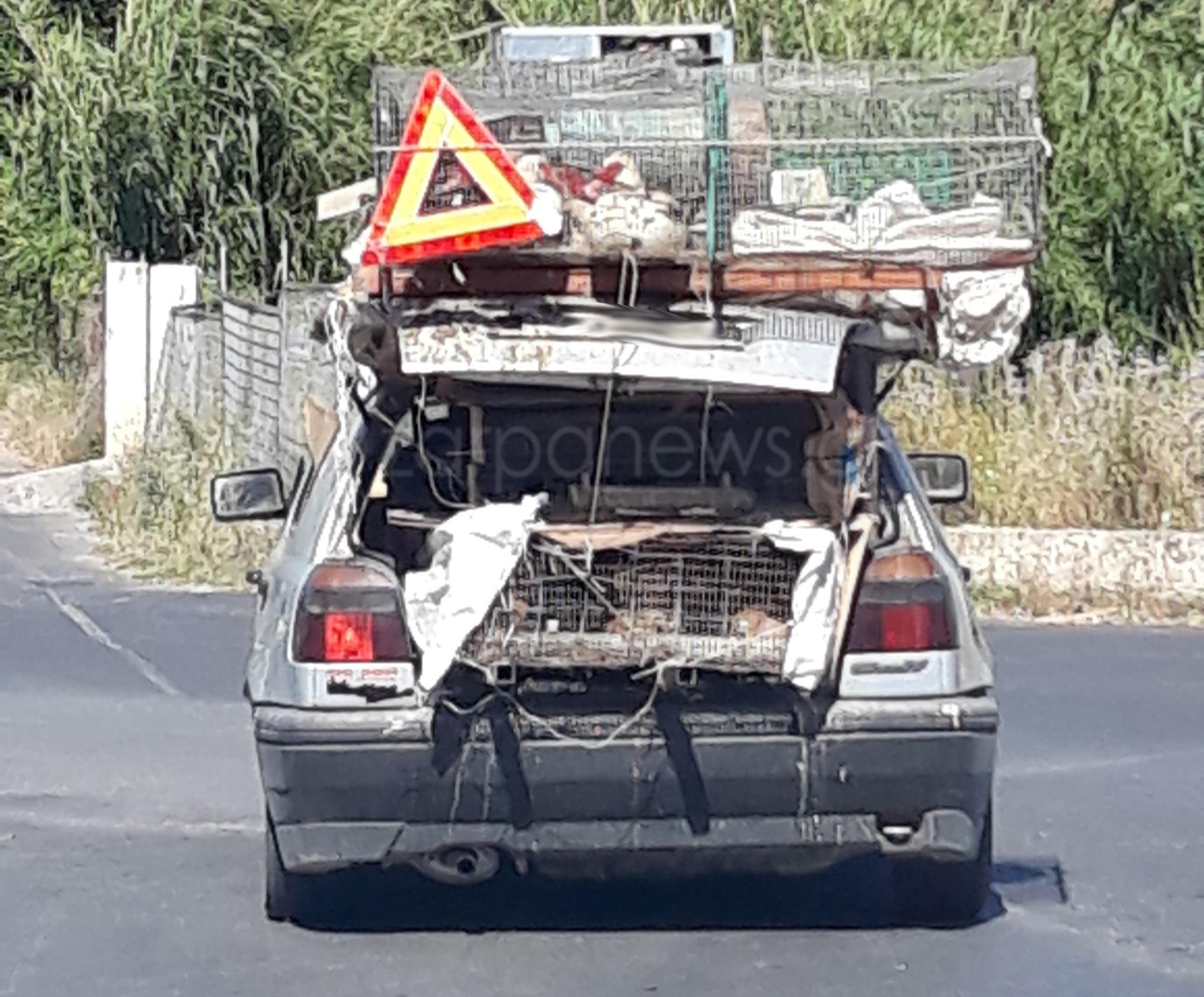 Χανιά: Οδηγός έβαλε τα πάντα πάνω στο αμάξι του – Από κότες και πάπιες μέχρι προειδοποιητικό τρίγωνο [φωτο]