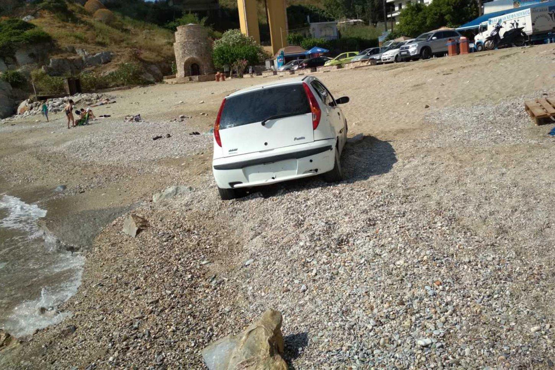 Κρήτη: Οδηγός πάρκαρε το αυτοκίνητό του δυο μέτρα μακριά από τη θάλασσα [φωτο]